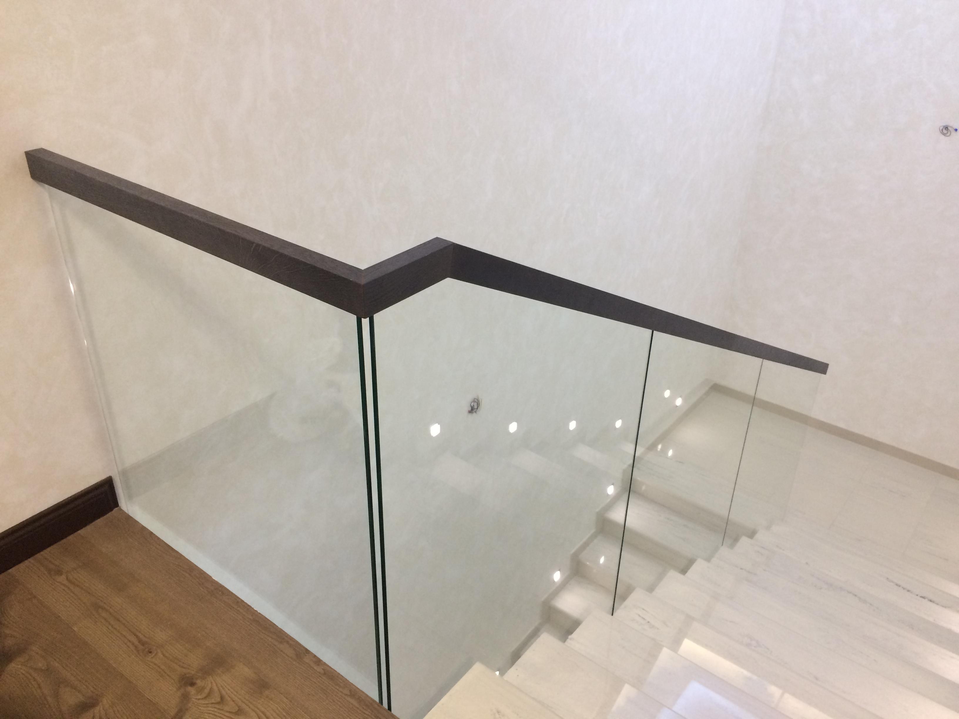 Ограждения и перила для лестниц из стекла